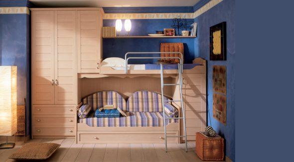 Необычная двухъярусная кровать, встроенная в нишу