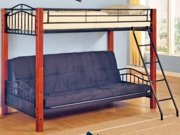 Необычная кровать-чердак с деревянными столбиками и винтажными металлическими быльцами