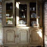 Необычный старинный шкаф для посуды после реставрации