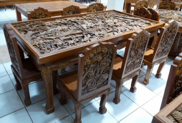 Обеденный деревянный стол