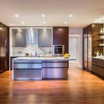 Огромная кухня с мебелью необычной формы и цвета