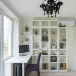 письменный стол подоконник в комнате