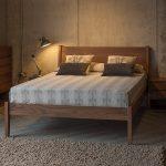 Спальня в стиле лофт с мебелью из ореха