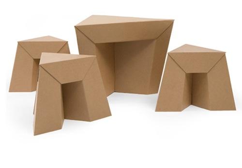 Стол с табуретками из гофрированного картона