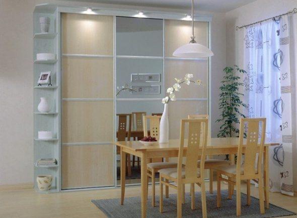 Светлый шкаф-купе для столовой-гостиной