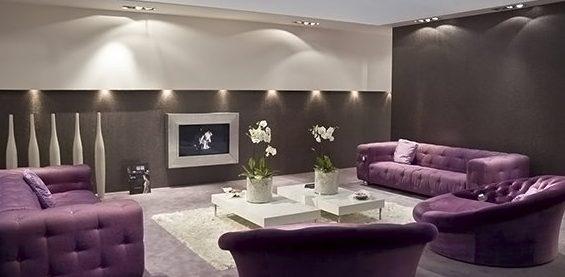 Тёмно-сиреневые диваны в просторной комнате