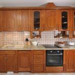 Удобная кухня с духовкой под варочной поверхностью