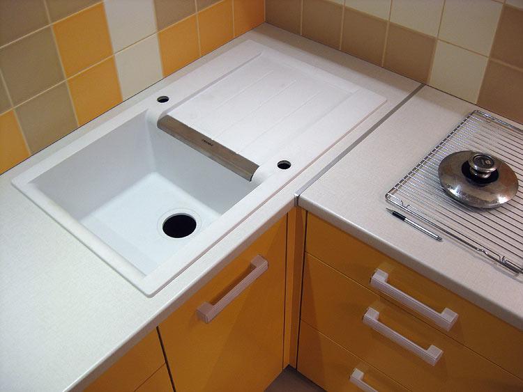 В углу не поместится больше одного человека — это значит, что, пока вы моете посуду, остальным путь к раковине будет закрыт.