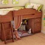 Уютная детская комната с кроватью-чердак из дерева