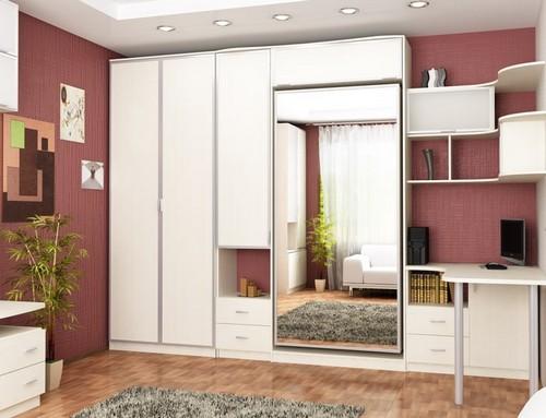 Встроенная кровать в шкаф с зеркальными фасадами