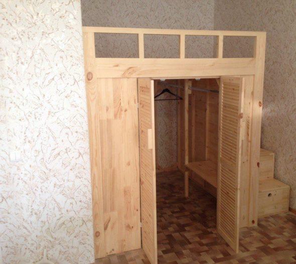 Встроенный шкаф-гардероб с кроватью-чердак