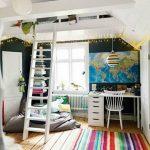 Высокая кровать под потолком с рабочей зоной
