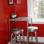 Высокий металлический стол со стульями