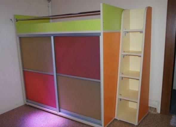 Яркая кровать с разноцветным шкафом-купе