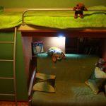 Зеленая кровать с диваном