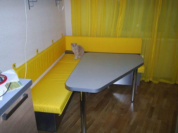 Желтый кухонный уголок
