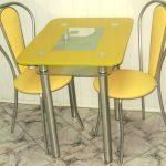 Желтый стеклянный стол для маленькой кухни