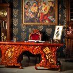 Резной стол из дерева для кабинета