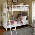 Белая кровать в два яруса, которая может становиться раздельными кроватями
