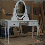 Белый туалетный столик с овальным зеркалом