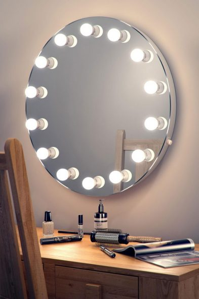 Большое количество ламп вокруг зеркала