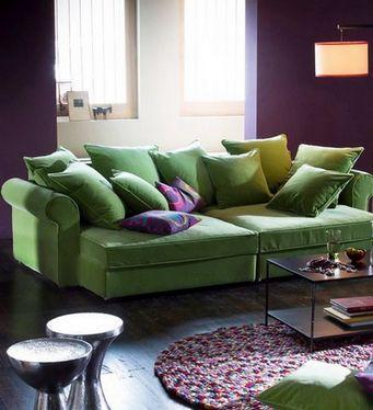 Цветной диван вводится в интерьер другого цвета