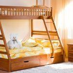 Деревянная кровать в два яруса для ребенка и взрослых