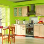 Деревянная кухня с красивыми украшениями и декором