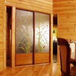 Деревянный шкаф с витражными дверями