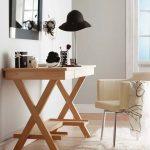 Деревянный столик для макияжа
