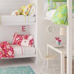 Детская комната с тремя встроенными кроватями и рабочим местом