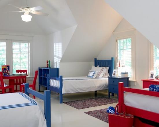 Детская комната троих детей в мансарде