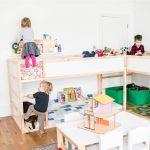 Две кровати-чердака с игровой зоны в интерьере детской для трех детей