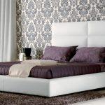 Двуспальная белая кровать с большим мягким изголовьем