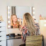 Грамотное расположение ламп на гримерном зеркале — залог красивого макияжа