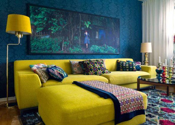 Яркий желтый диван в комнате синего цвета