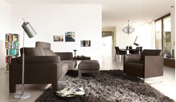 Коричневый диван и кресло
