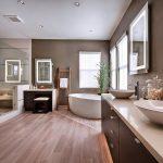 Красивая ванная комната с хорошим освещением и большим количеством зеркал