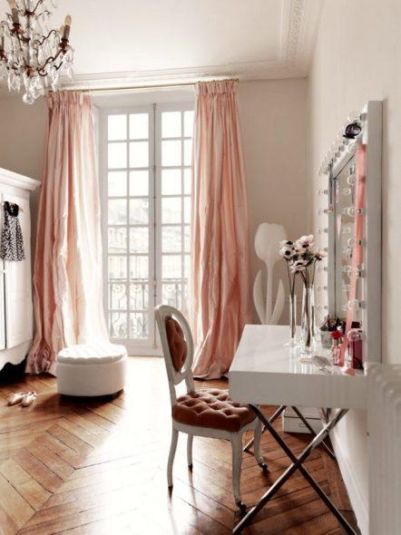 Красивое зеркало в белой оправе