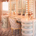 Красивый туалетный столик с зеркалом