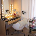 Красивый женский столик с подсветкой