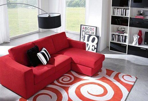 Красный яркий диван в серой комнате