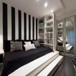 Кровать-подиум в черно-белом интерьере