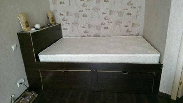 Кровать в нише комнаты