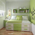 Маленькая кровать-подиум в бело-зеленых тонах