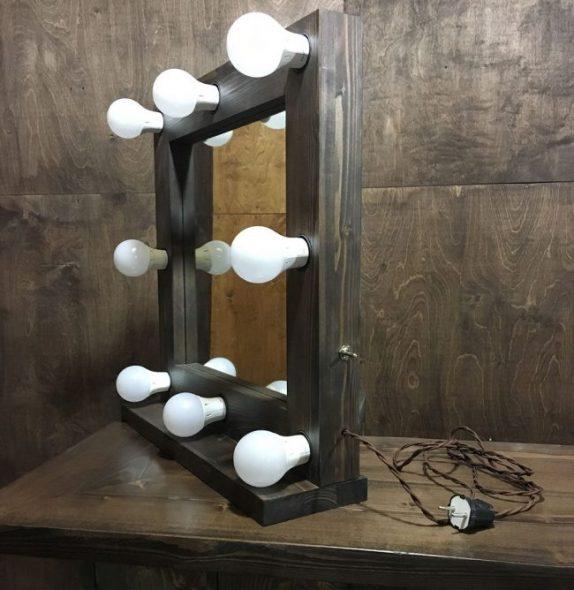 Небольшое переносное зеркало с подсветкой