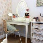 Небольшой столик для макияжа в стиле прованс