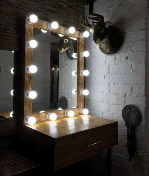 Небольшой туалетный столик с зеркалом