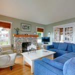 Нейтральные кресла — цветной диван