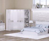 Нежная белая спальня с кроватью с мягким изголовьем